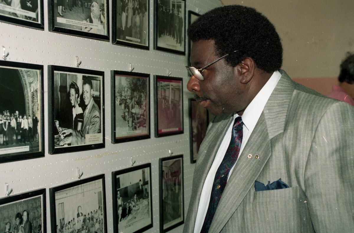 Oliver Jones regarde des photos au Negro Community Centre en 1994